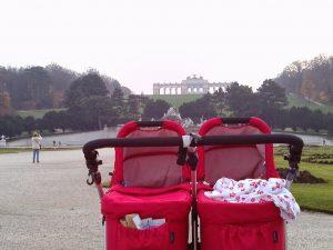 Foto von Kinderwagen vor der Gloriette
