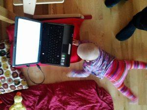 Baby bei Laptop