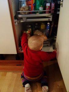 Kinder räumen Schrank aus