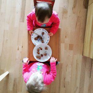Foto Kinder essen Birnenkuchen