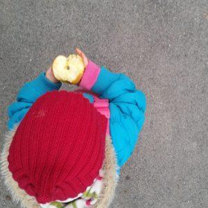 Foto Kind isst Apfel