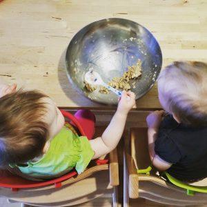 Foto Kinder essen aus einer großen Schüssel