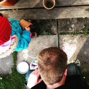 Foto Mann malt etwas auf den Boden
