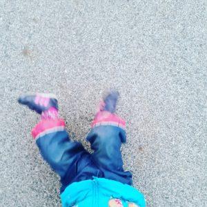 Foto Kind liegt am Boden