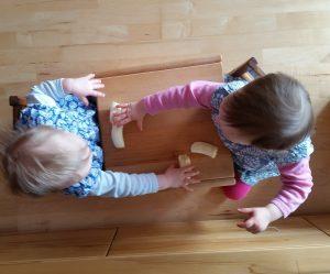 Kinder essen Banane