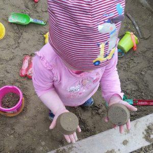 Kind in der Sandspielkiste