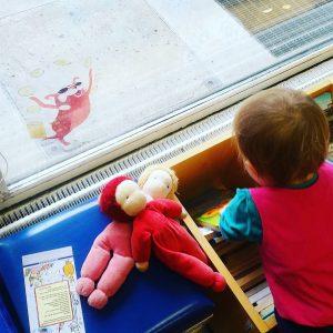 Foto von einem Kind in der Bibliothek