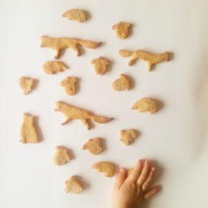 Kind nimmt Kekse in die Hand