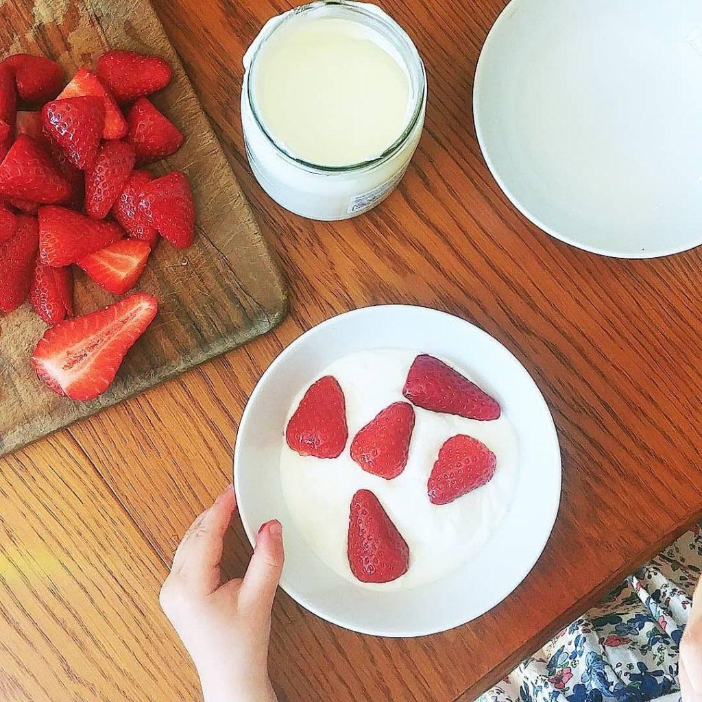 Kind isst gesund - Erdbeeren mit Joghurt