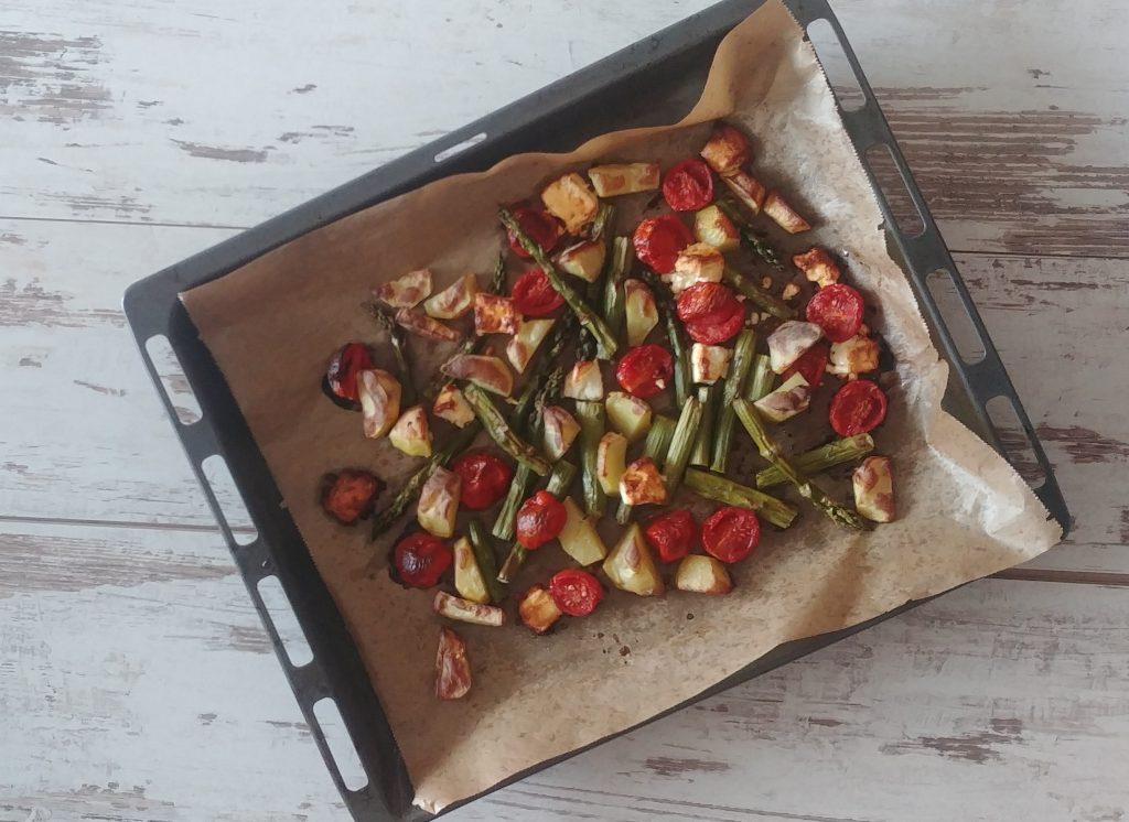Blech mit Gemüse aus dem Ofen mit Spargel