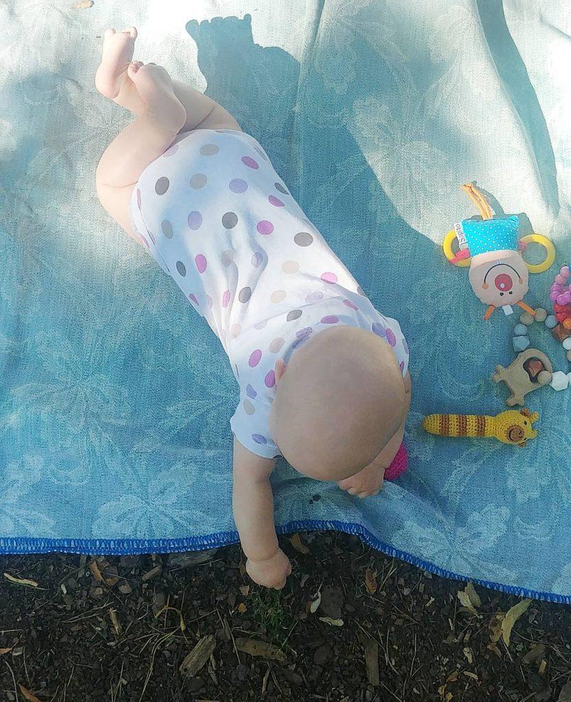 Baby isst Gras