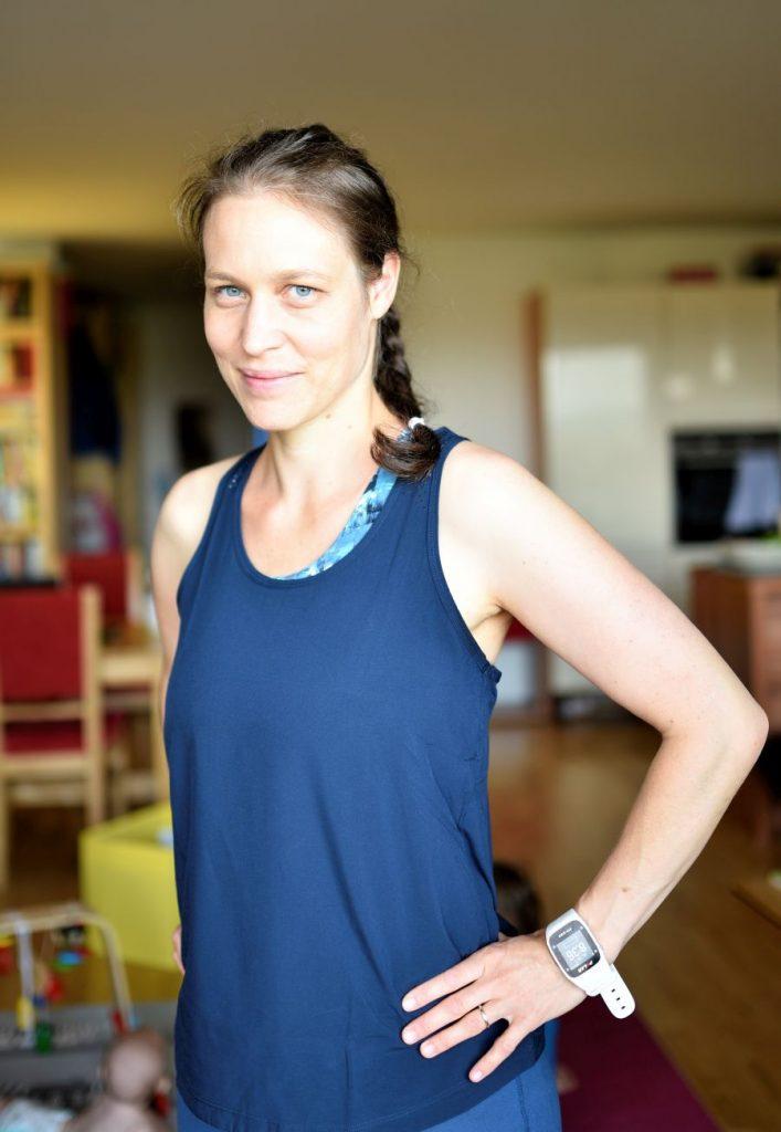 Mutter trägt nachhaltige Sportkleidung