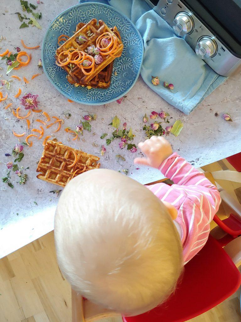 Kleinkind mit gesunden Waffeln am Fotoset