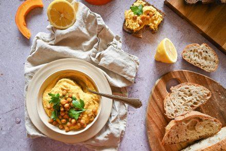 Kürbis-Hummus mit Sauerteigbrot