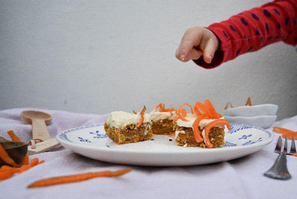 Kind grefit zu Karottentorte