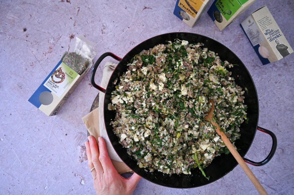 Reispfanne mit Spinat und Rinderfaschierten